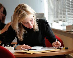 mulher estudando verbos irregulares em ingles