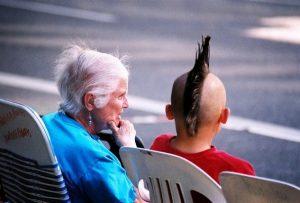 idade para aprender ingles garoto idosa moicano