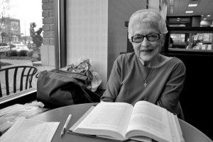 idade para aprender ingles senhora velha aprendendo