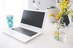 escrivaninha clean laptop na mesa ingles rapido