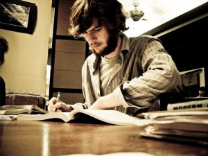 estudo ativo homem barbudo estudando