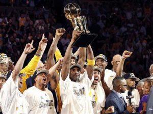 Lakers winning Championship Trophy (Lakers ganhando troféu do campeonato)