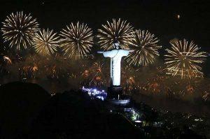 A forma mais famosa de se celebrar a chegada do ano novo é com fogos de artificio, é um espetáculo.